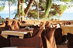 在海滩的咖啡馆 免版税图库摄影