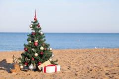 在海滩的圣诞节与礼物新年 免版税库存照片