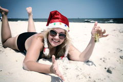 在海滩的圣诞节帽子与响铃 免版税库存图片