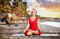 在海滩的圣诞节瑜伽 免版税库存图片