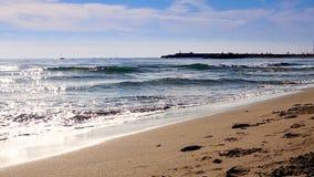 在海滩的地中海海滩波浪在eavning的时间,阳光反射水表面上 丰希罗拉,西班牙 影视素材