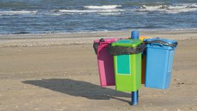 在海滩的垃圾箱 免版税库存照片