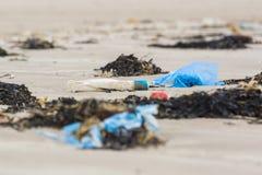 在海滩的塑料垃圾 免版税库存图片