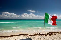 在海滩的墨西哥旗子 免版税库存照片