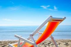 在海滩的夏天背景与夏天用工具加工装饰并且释放 库存照片