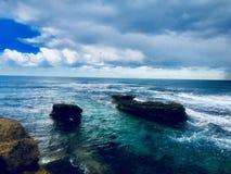 在海滩的多云和阴暗天 免版税库存照片