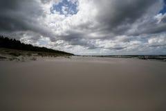 在海滩的多云天气波罗的海 免版税库存照片
