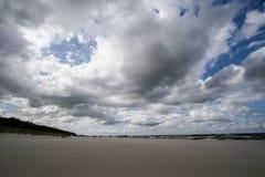 在海滩的多云天气波罗的海 免版税库存图片