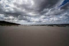 在海滩的多云天气波罗的海 库存图片