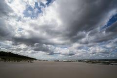 在海滩的多云天气波罗的海 图库摄影