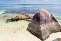 在海滩的大岩石在塞舌尔群岛 免版税库存图片