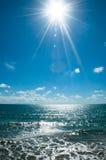 在海滩的太阳在日 免版税库存图片