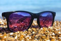 在海滩的太阳镜 免版税库存图片