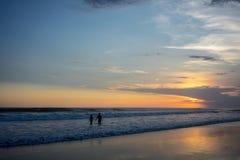 在海滩的夫妇在日落,浪漫心情 免版税库存图片