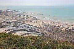 在海滩的奇怪的岩层 免版税库存照片