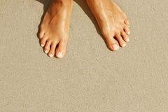 在海滩的女性腿 顶视图 图库摄影