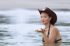 在海滩的妇女和帽子美丽的比基尼泳装 免版税库存图片