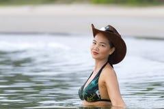 在海滩的妇女和帽子sexsy比基尼泳装 库存照片