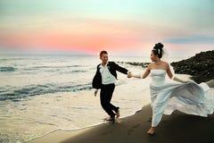 在海滩的婚礼夫妇 库存图片