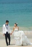 在海滩的婚礼夫妇 免版税库存照片