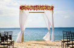 在海滩的婚礼曲拱 库存照片