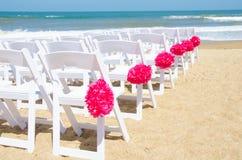 在海滩的婚礼椅子 库存照片