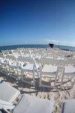 在海滩的婚礼椅子 免版税库存照片