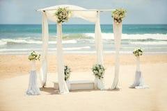 在海滩的婚礼装饰 免版税库存照片