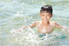 在海滩的孩子游泳 免版税库存图片