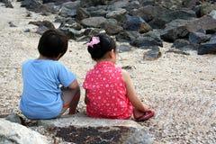 在海滩的孩子 免版税库存图片