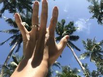 在海滩的定婚戒指 库存图片