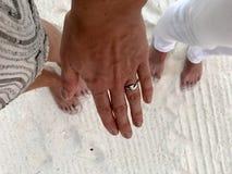 在海滩的定婚戒指 免版税图库摄影