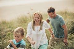 在海滩的家庭冒险 库存图片