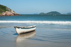 在海滩的小渔船在巴西南部 库存照片