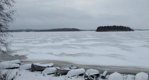 在海滩的小船冰冷的湖 库存图片