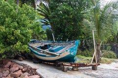 在海滩的小船击毁 图库摄影