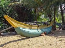 在海滩的小船在卡卢特勒,斯里兰卡 免版税图库摄影