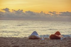 在海滩的小船在日落 免版税库存照片