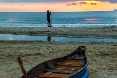 在海滩的小船在日落 库存照片
