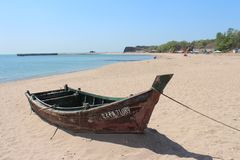 在海滩的小船在黄海附近 免版税库存照片