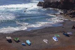 在海滩的小船在El Golfo村庄附近在兰萨罗特岛 r r 图库摄影