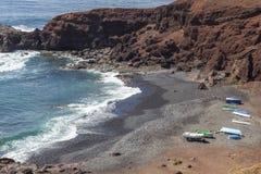 在海滩的小船在El Golfo村庄附近在兰萨罗特岛 r r 库存照片