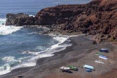 在海滩的小船在El Golfo村庄附近在兰萨罗特岛 r r 免版税库存图片