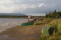 在海滩的小船山湖Zyuratkul 免版税库存图片