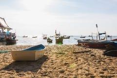 在海滩的小船渔 库存照片