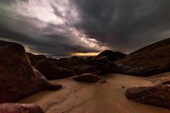 在海滩的岩石是风雨如磐的 库存照片