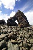 在海滩的岩石曲拱 免版税图库摄影