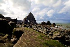 在海滩的岩石曲拱 免版税库存照片
