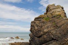 在海滩的岩石露头 库存图片