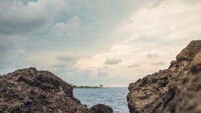 在海滩的岩石,在小游艇船坞海滩三宝垄印度尼西亚2 库存图片